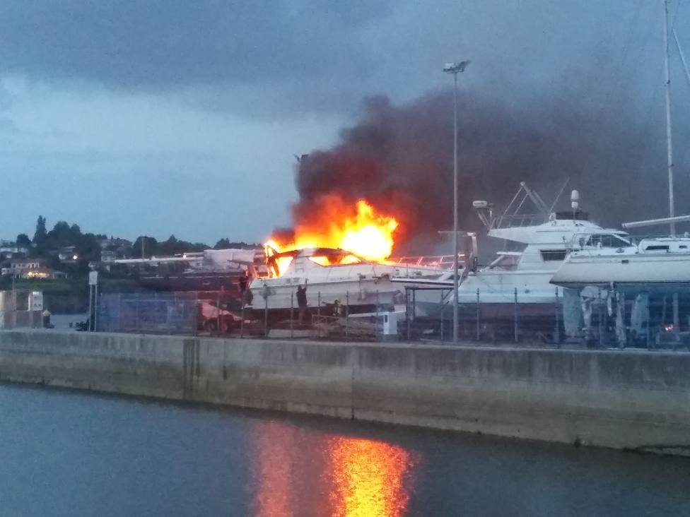 Incencendo del barco en el muelle de Ares - FOTO: COPE Ferrol