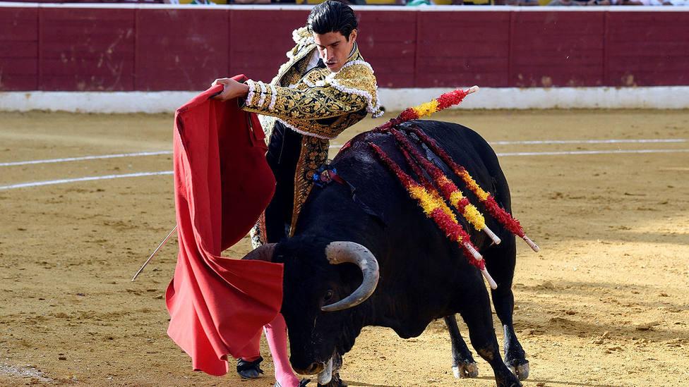 Pàse de pecho de Alberto López Simón durante su actuación este sábado en Huesca