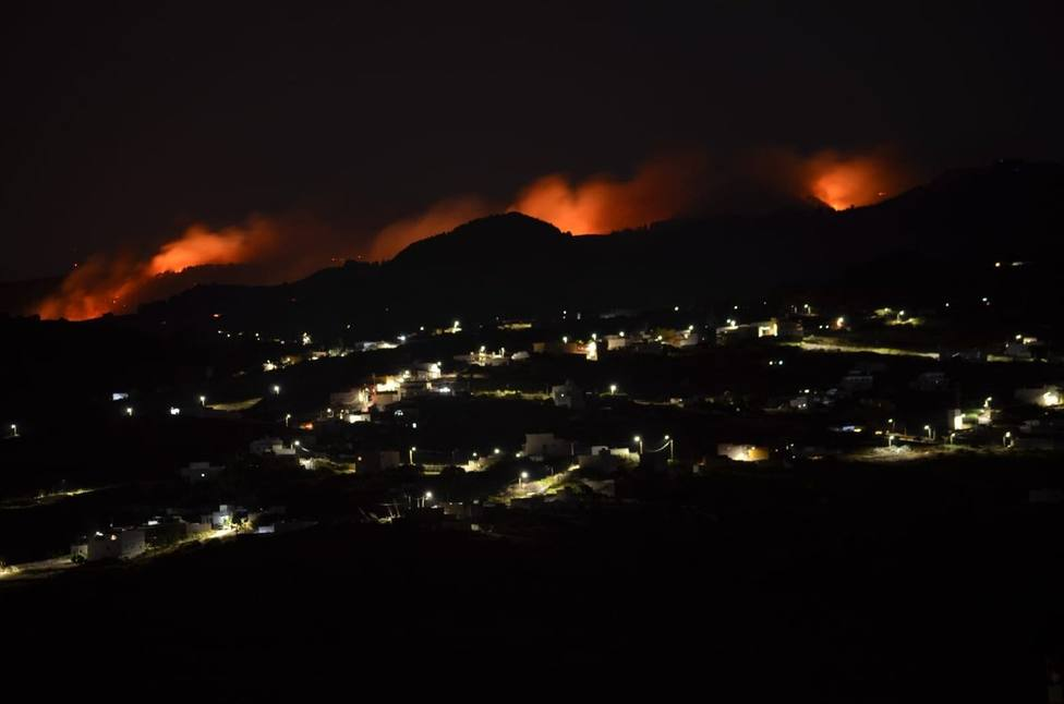 Evacuados durante la noche barrios de seis municipios de Gran Canaria por el incendio