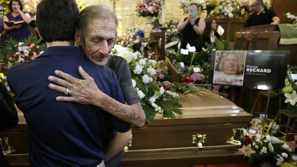 Emotiva sorpresa para un hombre que quedó viudo en el tiroteo de El Paso y pensaba que iría solo al entierro
