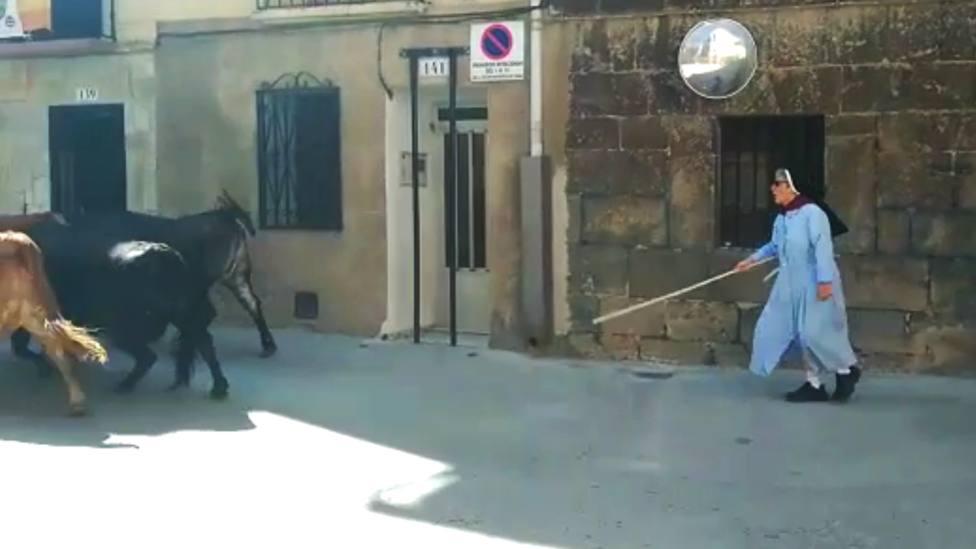 Sor Elsa, la monja viral que corre delante de los toros en los encierros de su pueblo