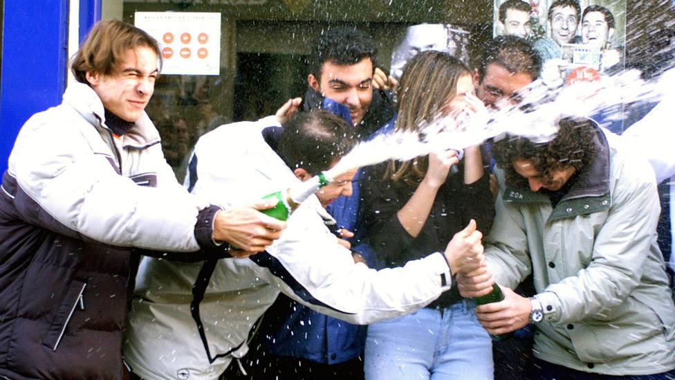 Afortunados celebran que les ha tocado el Gordo del Sorteo de la Lotería e Navidad