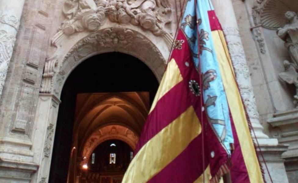 La Senyera ante la Catedral de Valencia