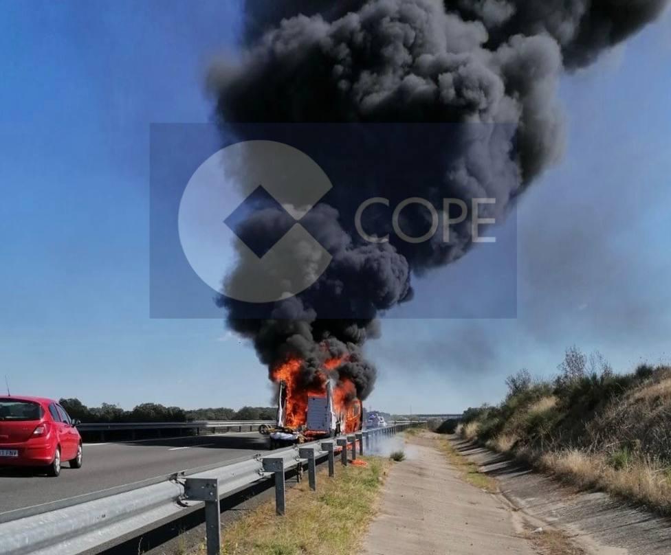 Sale ardiendo otra ambulancia de Tenorio en Extremadura. Foto: COPE