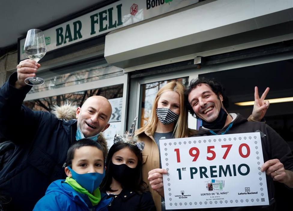 Los responsables del bar Feli de Arri Berri, 16, en el barrio de Alza de San Sebastián, afortunados