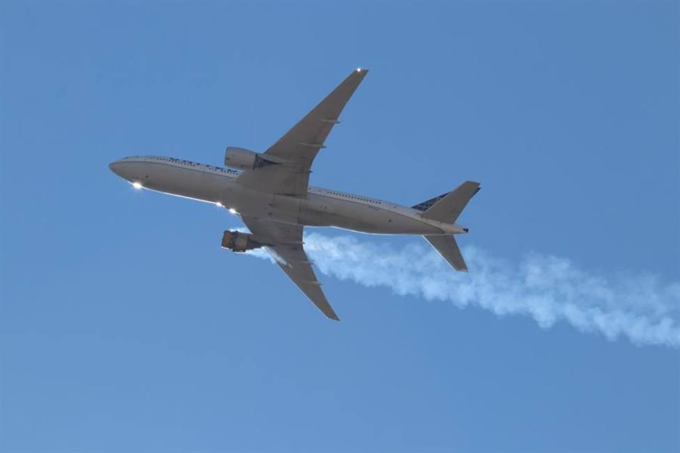 Imagen tomada desde tierra del Boeing 777 siniestrado en Denver