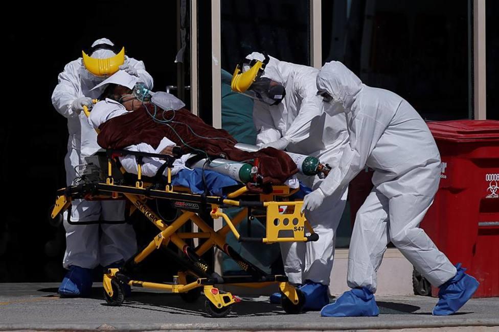 Sanitarios trasladan a un enfermo de coronavirus en el Hospital General de la ciudad de Saltillo