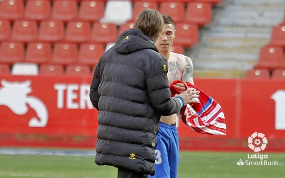 Djurdjevic entrega su camiseta a Dani Pendín, segundo entrenador del Espanyol
