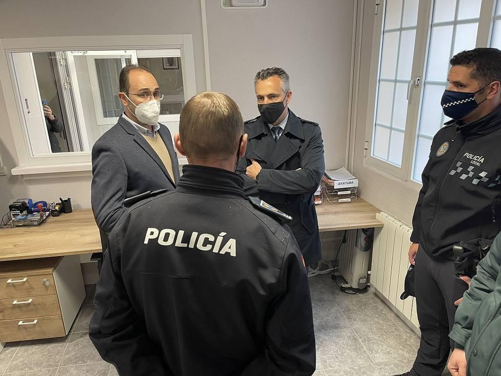 Carlos Novillo (dcha) estuvo el viernes Los Molinos para visitar el nuevo edificio