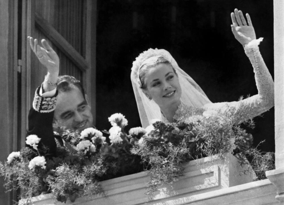 El Príncipe Rainiero de Mónaco y la Princesa Grace Kelly saludan desde el balcón de Palacio tras la boda