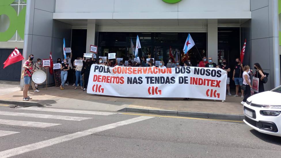 Concentración a las puertas del Centro Comercial y de Ocio Odeón de Narón - FOTO: CIG