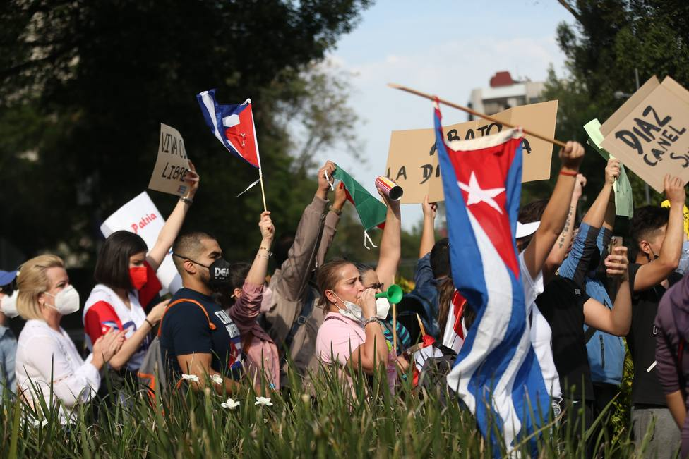 Simpatizantes y opositores chocan protestas en la embajada de Cuba en México