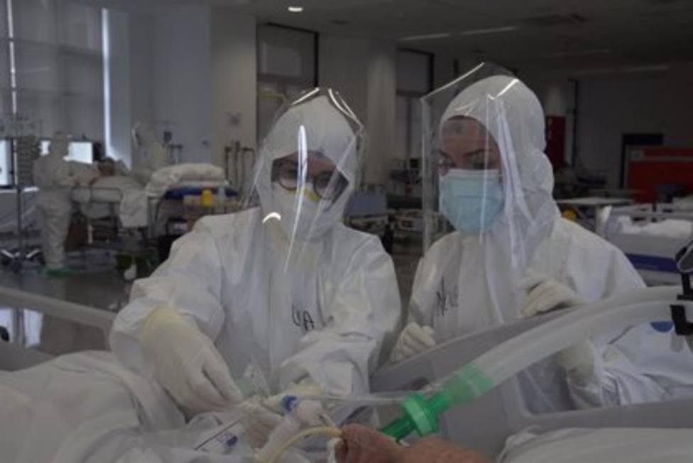 Enfermeras atendiendo a un enfermo COVID