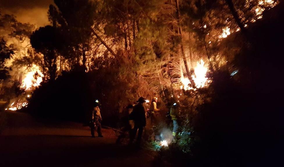 Efectivos terrestres y aéreos trabajan en un incendio en Sierra Bermeja que ha supuesto 400 desalojos