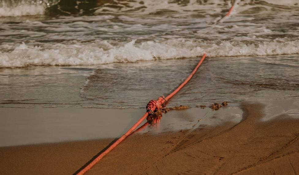 Imagen de la cuerda atada al extremo del cable instalado hoy en Sopelana (Bizkaia)