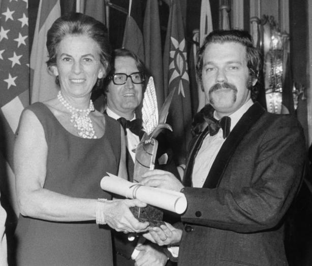 El presentador de televisión, José María Íñigo, recibe el Premio Ondas 1971, en el acto celebrado en el hotel Ritz