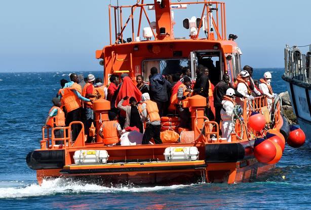 Salvamento Marítimo traslada al puerto de Almería a parte de los inmigrantes rescatados