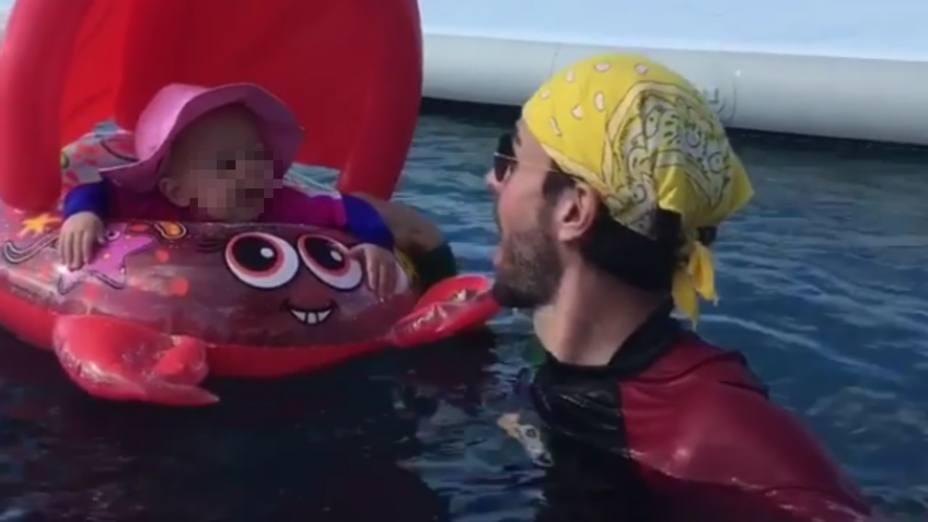 Enrique Iglesias juega con su hijo