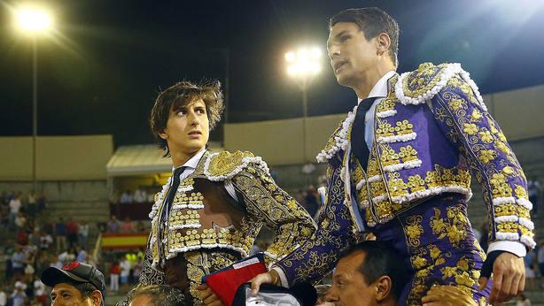 Roca Rey y José María Manzanares en su salida a hombros en San Sebastián de los Reyes