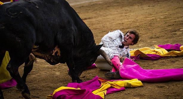 Momento del percance de Román en la plaza de toros de Bayona