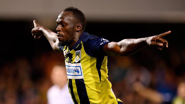 Usain Bolt celebra su primer gol como futbolista profesional. EFE