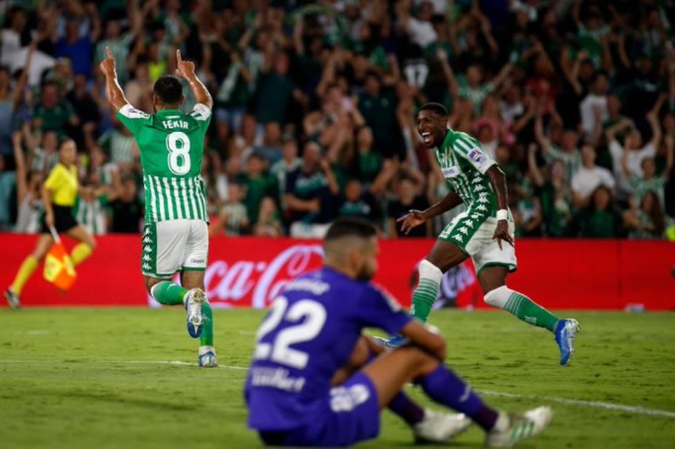 Fekir celebrando un gol con el Betis