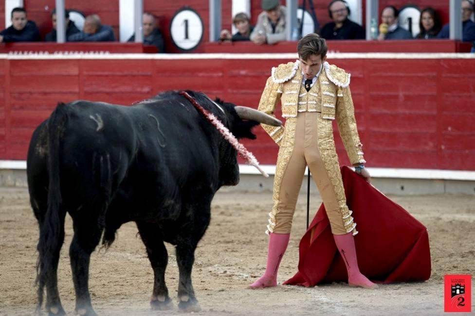 José Fernando Molina delante del toro durante la Feria Taurina de Albacete 2019