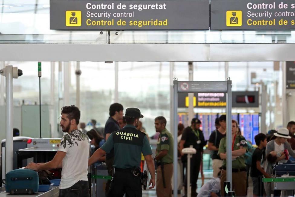 Juzgan a dos guardias civiles acusados de robar 8.000 euros a un diplomático árabe en el aeropuerto de Ibiza