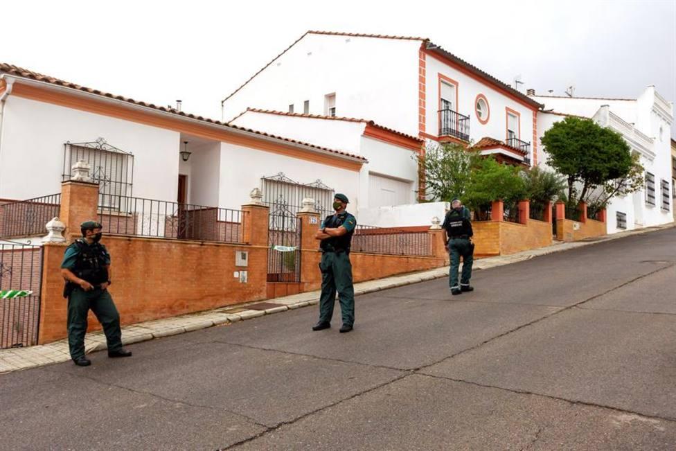 Agentes de la Guardia Civil de Zafra (Badajoz) vigilan la vivienda del autor confeso de la muerte de Manuela