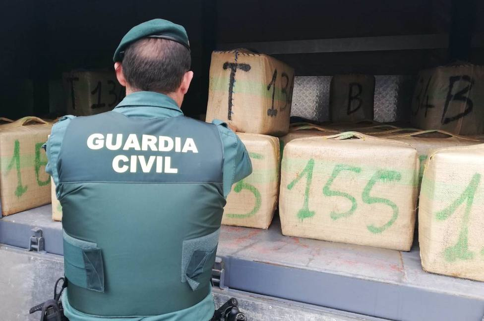 Quince detenidos en un alijo en Marbella en el que un vehículo embiste a un coche de la Guardia Civil