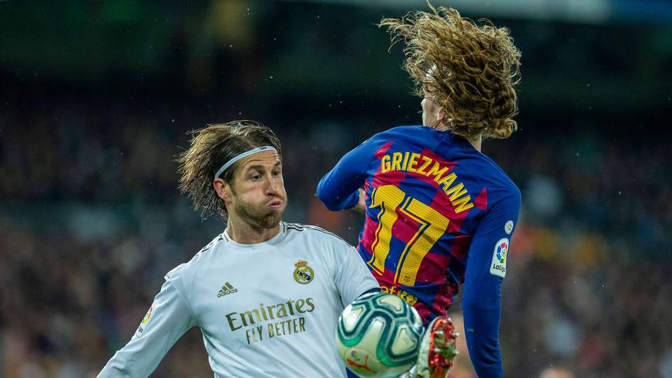 Sergio Ramos y Antoine Griezmann, durante el Clásico de marzo de 2020. CORDONPRESS