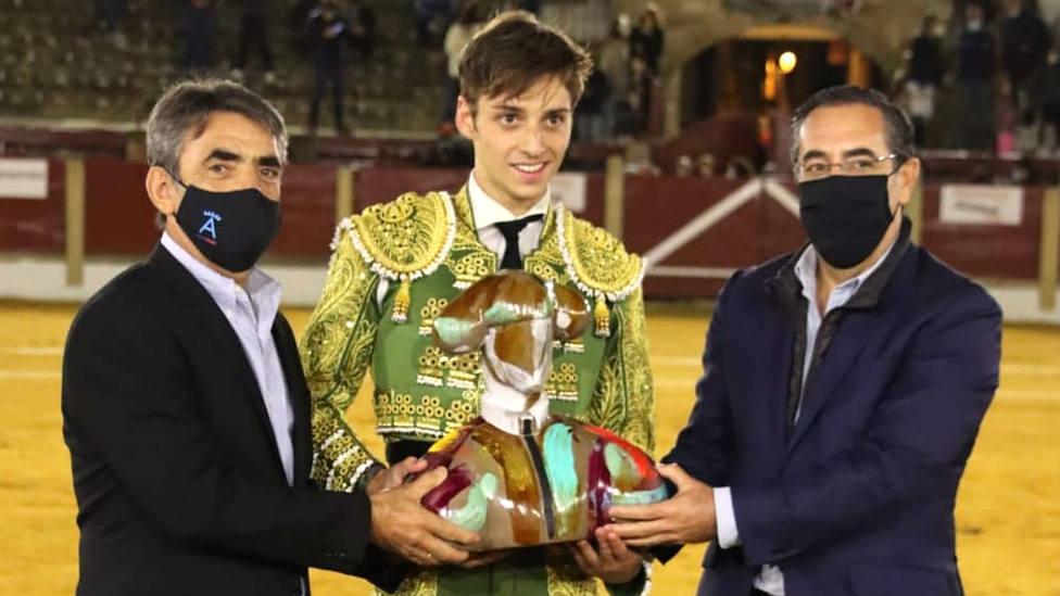Jaime González-Écija recogiendo el trofeo de manos de Victorino Martín y Manuel Briones