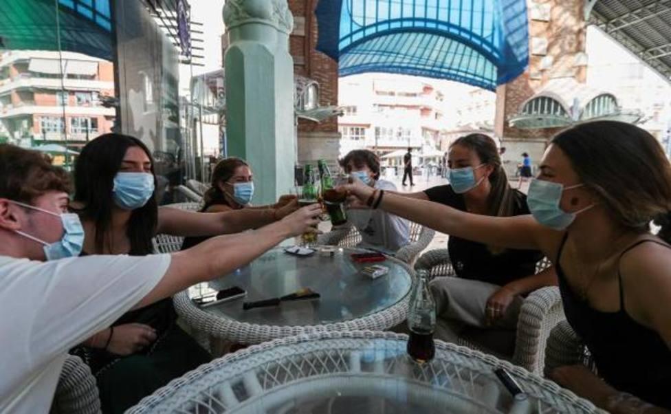 varios ciudadanos comparten mesa en un local del Mercado Colon