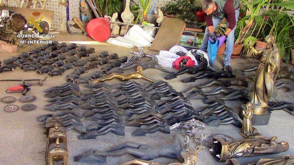 Sucesos.- Detenidas cinco personas relacionadas con numerosos robos en cementerios de 21 municipios de Toledo