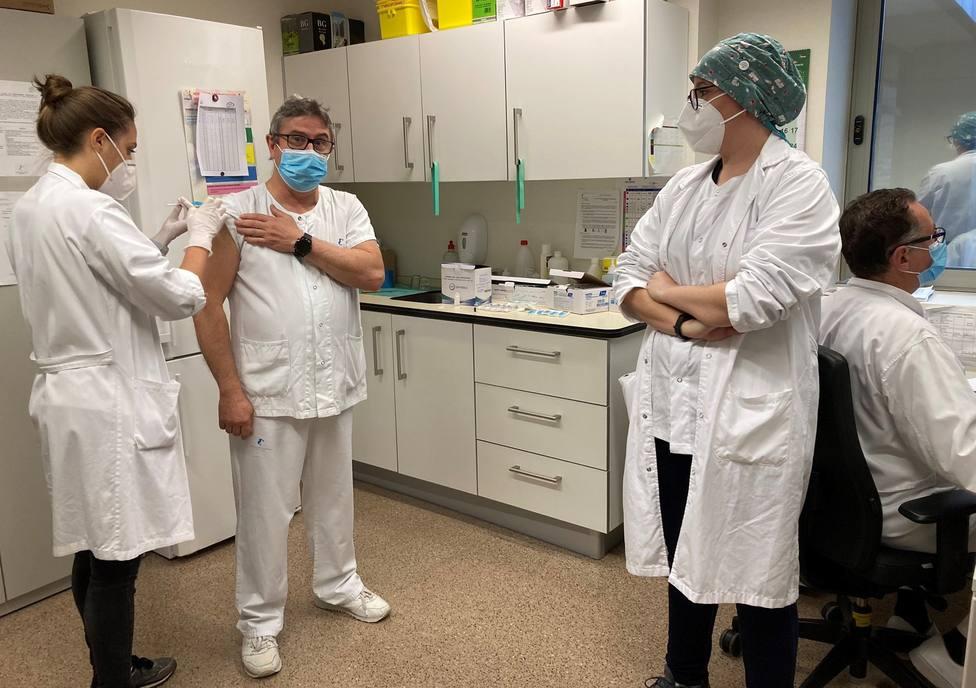 Comienza la vacunación para los sanitarios del hospital Santa Lucía