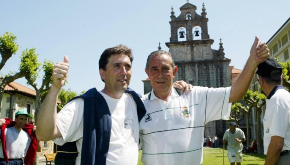 Manzanares junto a Yosu celebrando en el Santuario de la Bien Aparecida el ascenso a Primera en 2002