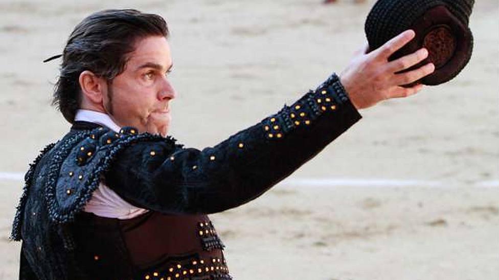 Ángel Otero saludando una ovación en la plaza de toros de Las Ventas