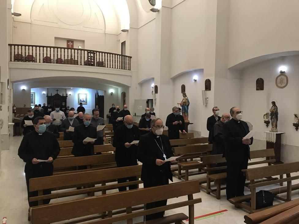 ctv-2hp-20200617-visita-don-francisco-rezando-con-los-sacerdotes