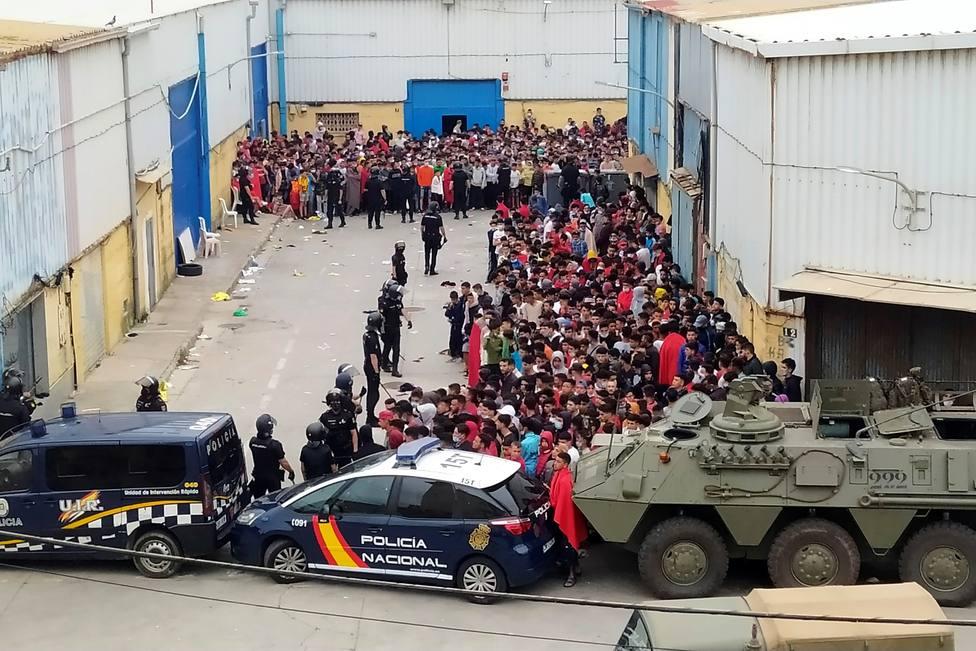 La Policía y el Ejército de Tierra vigilan a cientos de inmigrantes tras su llegada a Ceuta