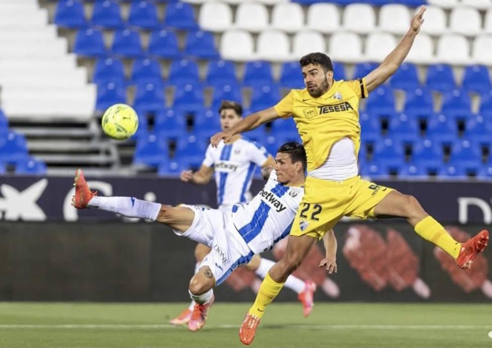 Alexander trata de llevarse el balón en presencia del lateral Silva en Butarque.