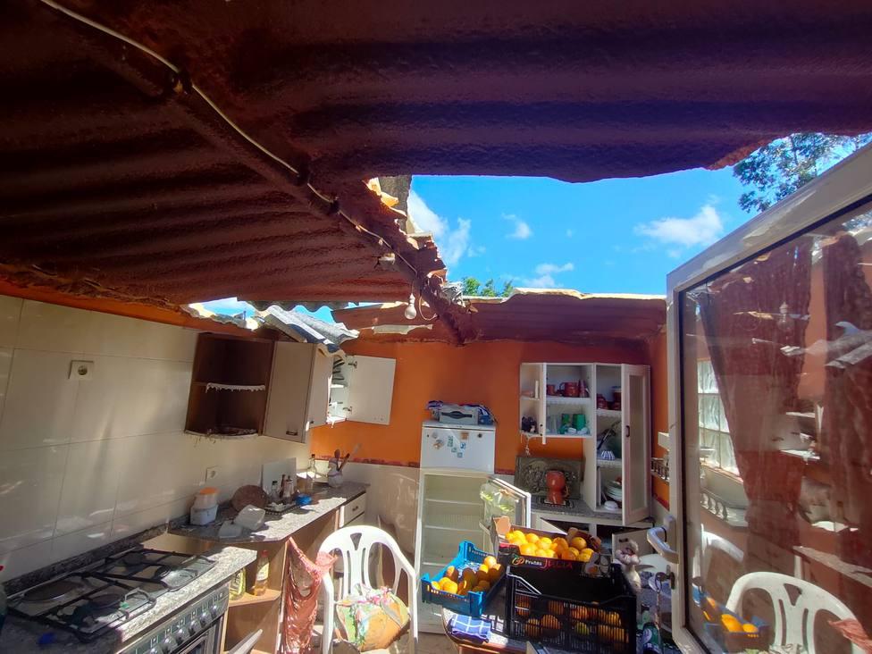 El tejado de la construcción sufrió las consecuencias de la explosión - FOTO: GES Mugardos