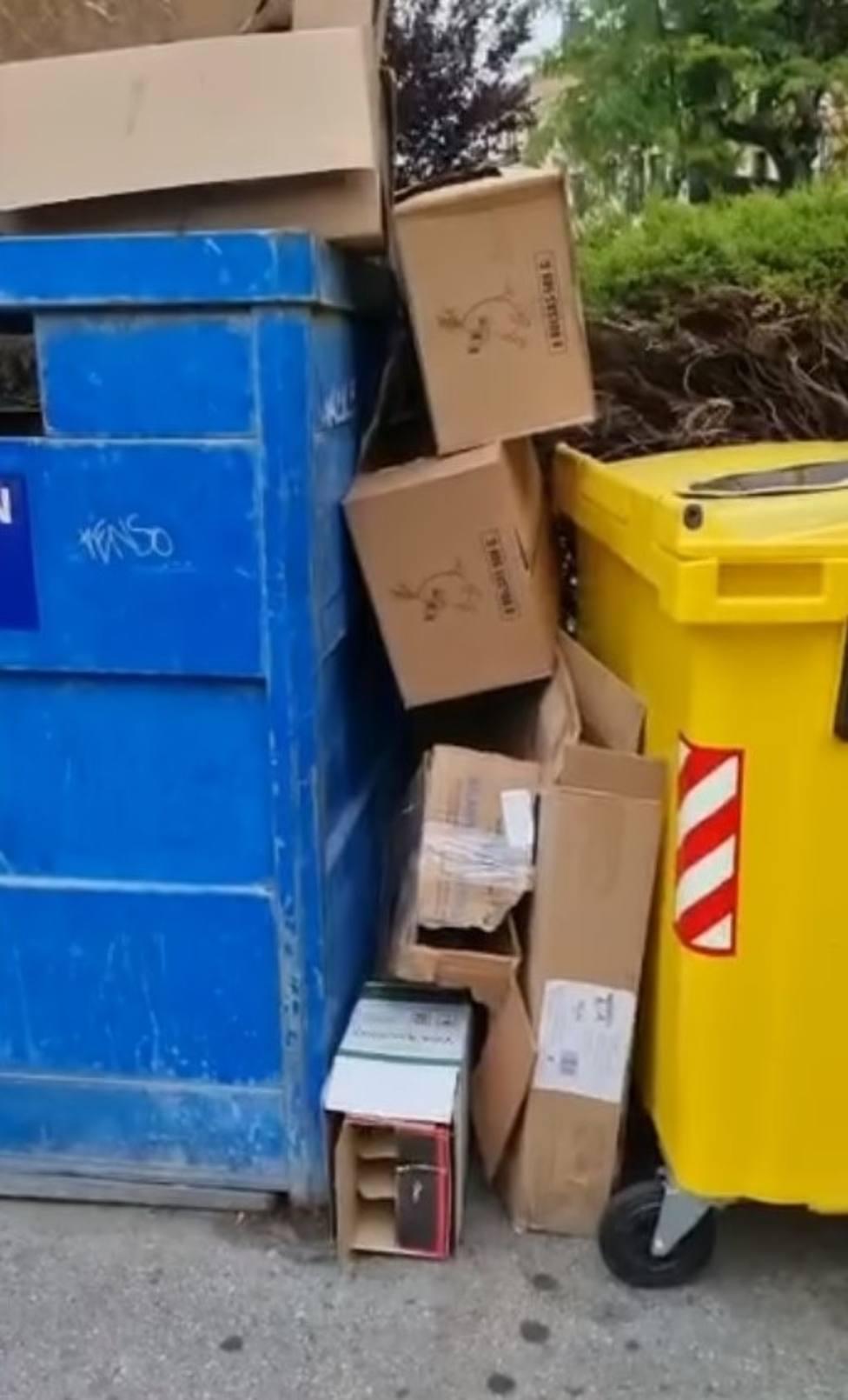 Cartones acumulados sobre los contenedores vacíos en Ribadeo