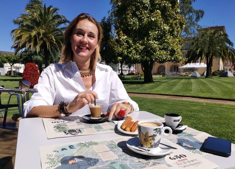 La concejala de As Pontes Elena López con los manteles sostenibles. FOTO: concello As Pontes