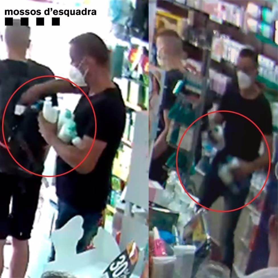 Los dos ladrones roban en uno de los comercios
