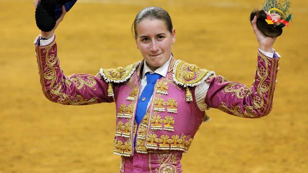 Rocío Romero con la oreja cortada en su debut con picadores en el Palacio Vistalegre