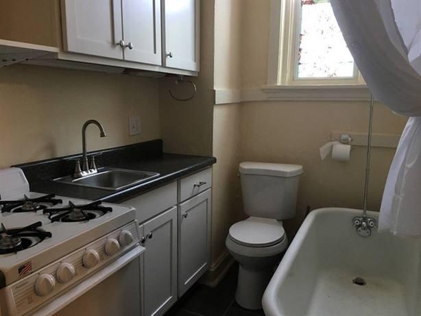 """El anuncio que ofrece por 525 dólares un """"estudio coqueto"""" con el baño dentro de la cocina"""