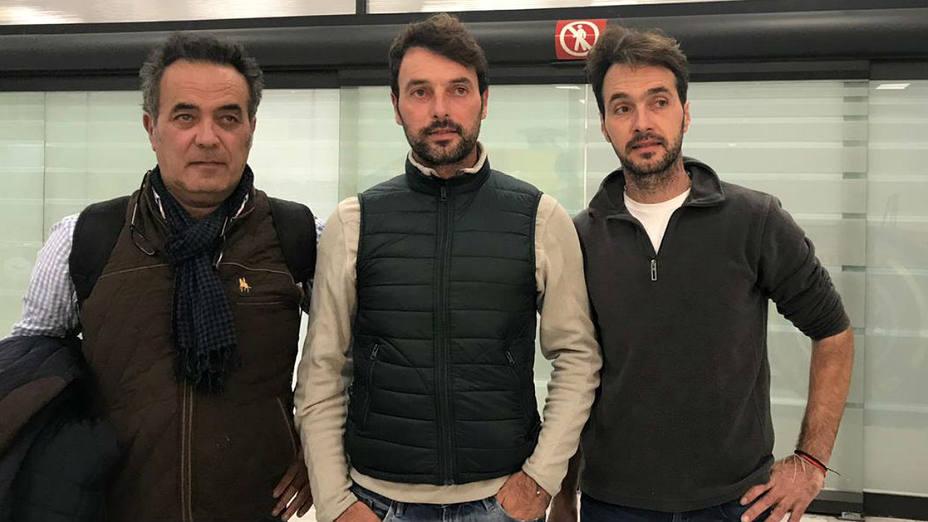 Andy Cartagena, en el centro de la imagen, junto a su padre y hermano en el Aeropuerto de Ciudad de México