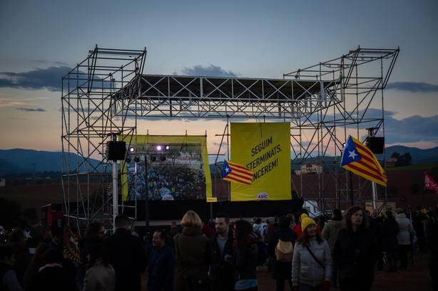 Concentrados ante la cárcel de Lledoners piden abrir las cárceles y una huelga general