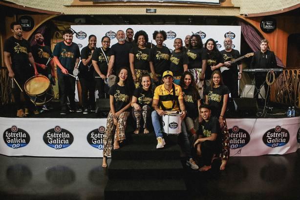 Carlos Sainz se sumerge en la música brasileña con los Meninos do Morumbi antes del GP de Brasil