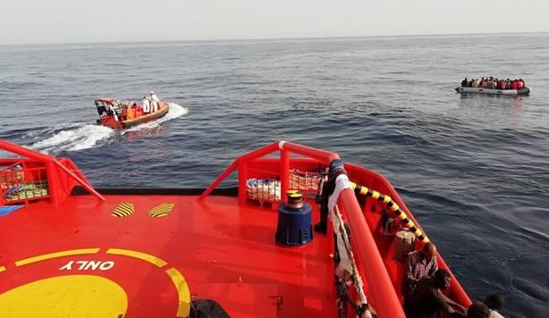 Trasladan a puerto a 64 personas rescatadas de una patera a la deriva en el mar de Alborán